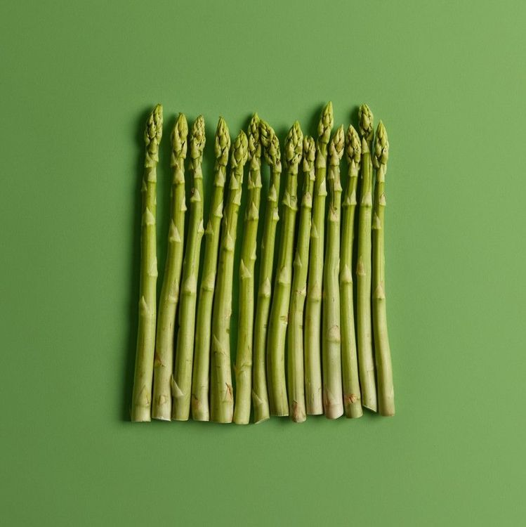 flay-lay-of-asparagus-arranged-vertically-on-green-background-food-and-organic-nutrition-concept-top-view-fresh-raw-vegetables-for-eating-spring-season-new-harvest-ingredient-for-cooking